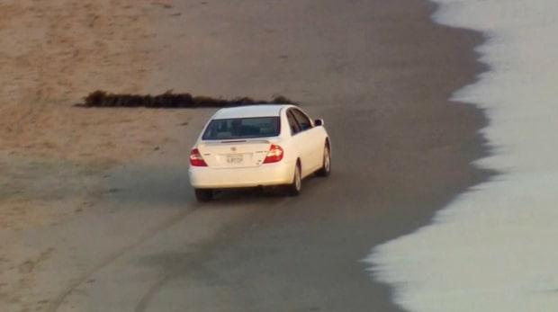 Biljakt slutade på strand – förare greps i vattnet