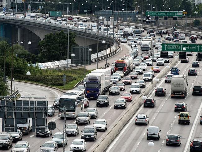 Sverige måste i praktiken stoppa utbyggnaden av motorvägar, anser klimatdebattörerna.