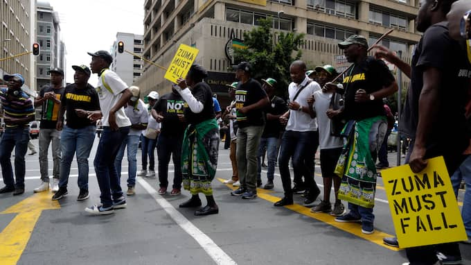 Protester mot Jacob Zuma. Foto: THEMBA HADEBE / AP TT NYHETSBYRÅN