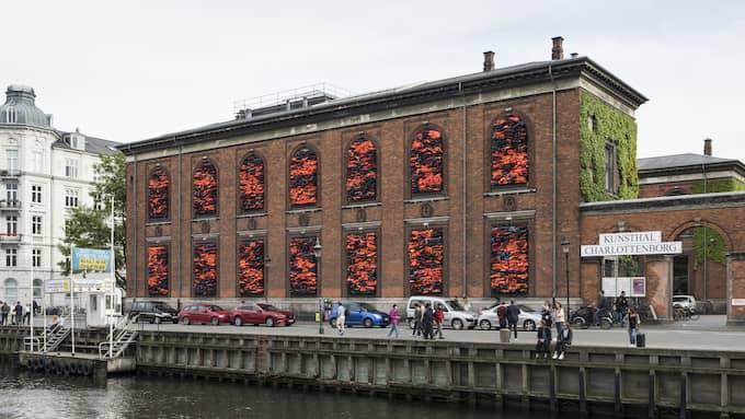 Ai Weiwei har murat igen fönstren på konsthallen och täckt dem med flytvästar Foto: DAVID STJERNHOLM