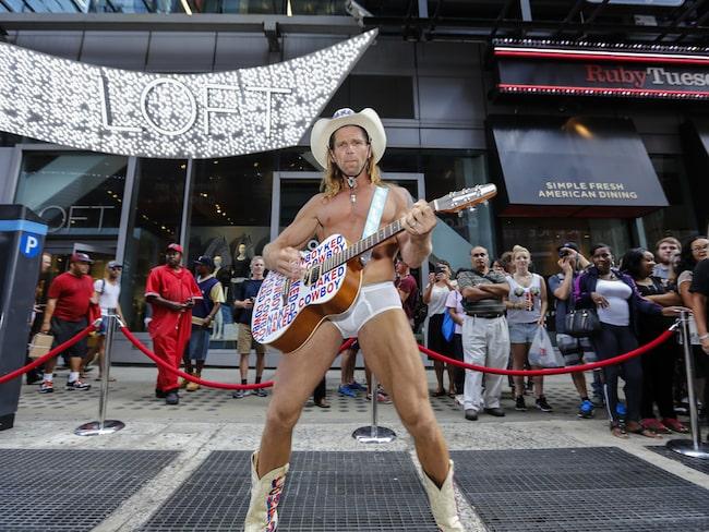 """Numera är han nämligen storkändis under namnet """"nakna cowboyen"""" - The Naked Cowboy."""