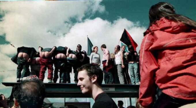 GOOD MOONING. Demonstranter visar sitt förakt för George W Bush under hans besök i Göteborg 2001. Foto: Roger Turesson