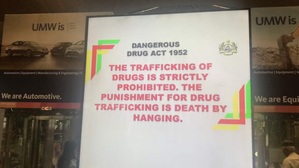 En skylt på Kuala Lumpurs flygplats som varnar om straffen för narkotikasmuggling. Foto: Thomas Engström / THOMAS ENGSTRÖM EXPRESSEN