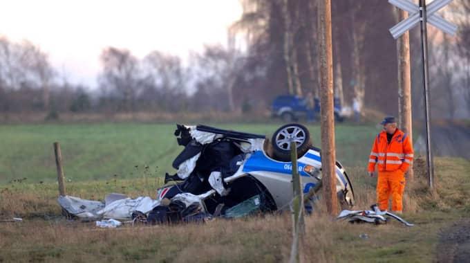 Klövs på mitten. Polisbilen klövs på mitten i den våldsamma kraschen med tåget. Föraren, Mikaels kollega Olof Sahlin, omkom. Foto: Lasse Svensson