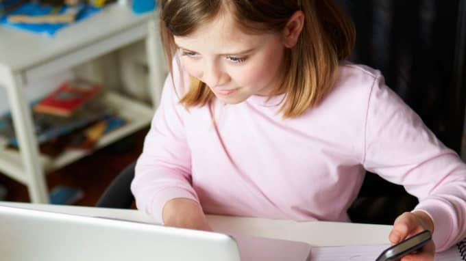 Barn under 16 år kan komma att behöva föräldrars tillstånd för att gå med i till exempel Facebook. Foto: Monkey Business Images