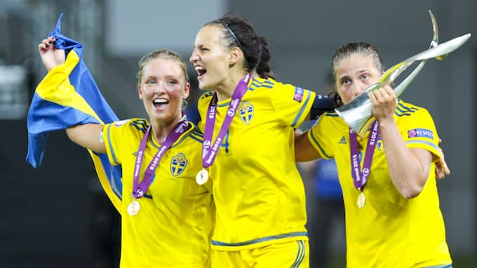 Nathalie Björn, i mitten, firar guldet i U19-EM 2015. Foto: NIR KEIDAR / BILDBYRÅN