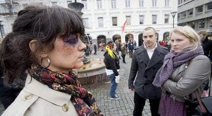 Sandra Almqvist och Sanny Malmberg var två av de många malmöiter som blev vittnen en konstperformance av det ovanligare slaget på Gustav Adolfs torg på lördagen. Foto: Joachim Wall