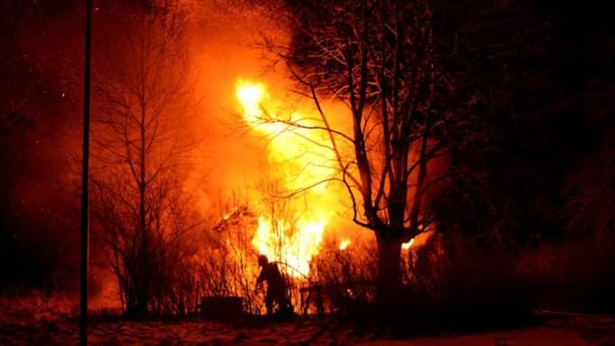 Vid 19.30-tiden var det okänt om det finns några personer i det brinnande huset. Foto: David Skarland/DAVID-S FOTO