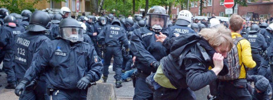 Poliser skadade vid nazistmote