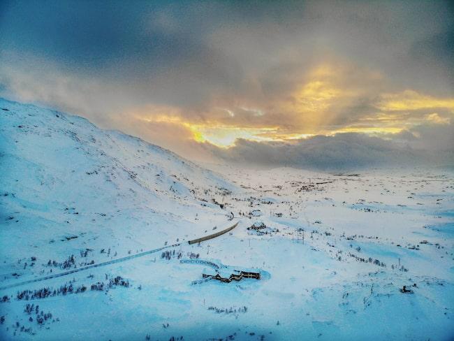 Med mäktiga berg och vackra glaciärer 20 mil norr om polcirkeln är det en perfekt plats för helikopterskidåkning.