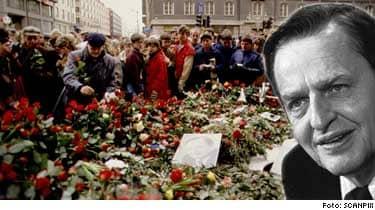 Mordet på statsminister Olof Palme försatte hela landet i sorg. dagen efter mordet vallfärdade folk förbi mordplatsen på Sveavägen för att lägga ner blommor.