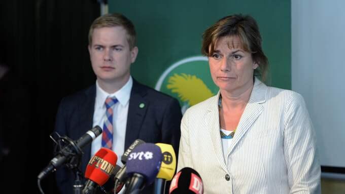 Utbildningsminister Gustav Fridolin och klimatminister samt vice statsminister Isabella Lövin var båda på plats i Vittsjö under lördagen. Foto: JESSICA GOW/TT / TT NYHETSBYRÅN