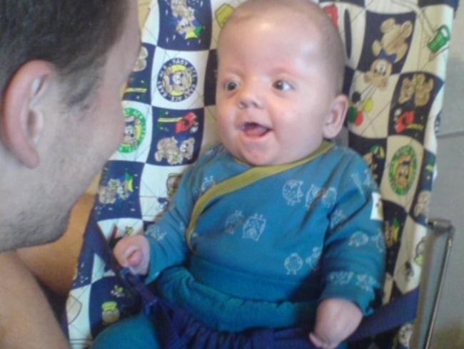 Scott Sjölander som liten bebis tillsammans med pappa Henrik.