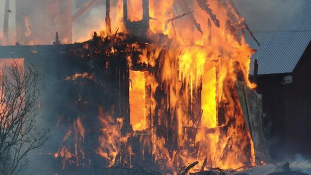 Våldsam brand i villa - brunnit ned till grunden