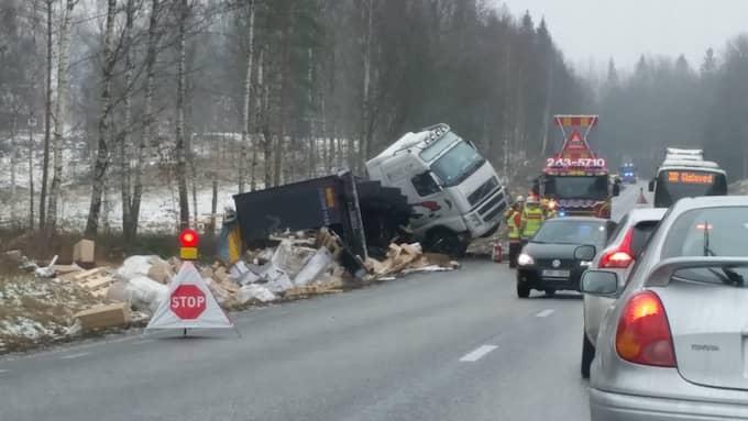 Vid 10-tiden körde en lastbil av riksväg 27 mellan Anderstorp och Bredaryd, söder om Gislaved, och blev liggande i diket. Enligt räddningstjänsten läckte cirka 100 liter diesel ut och vägen stängdes av. Foto: Läsarbild