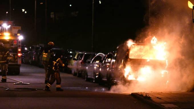 I samband med insatserna mot de många bilbränderna i Malmö fick polisen oväntad utdelning. En hejdad mopedist visade sig ha en mindre arsenal i bagaget. Foto: MIKAEL NILSSON