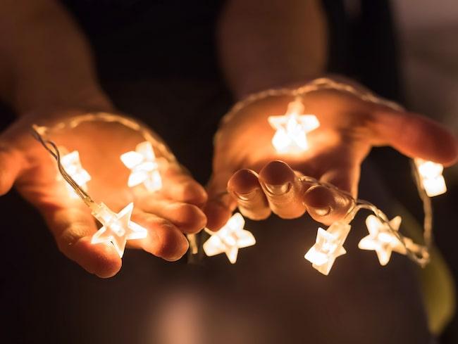 En ny granskning visar att det inte är ovanligt att elektriska juldekorationer innehåller skadliga kemikalier.