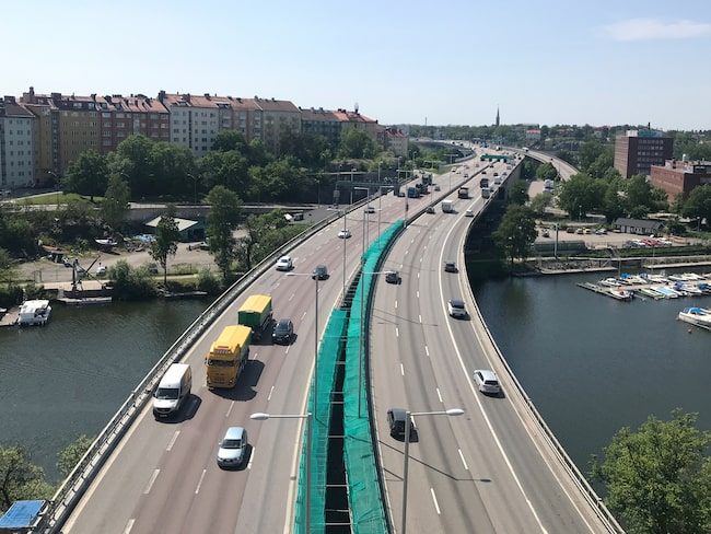 Hastigheterna kan sänkas på ett antal vägar i Stockholms län om Trafikverkets förslag går igenom.