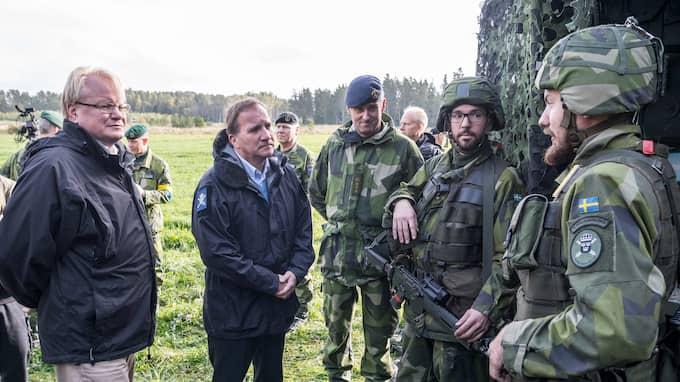 """Försvarsminister Peter Hultqvist och statsminister Stefan Löfven under försvarsövningen """"Aurora 17"""". Foto: PELLE T NILSSON/STELLA PICTURES"""
