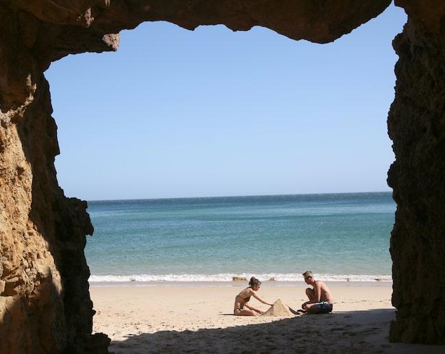 Besök gärna de berömda grottorna vid Grutas de Benagil.