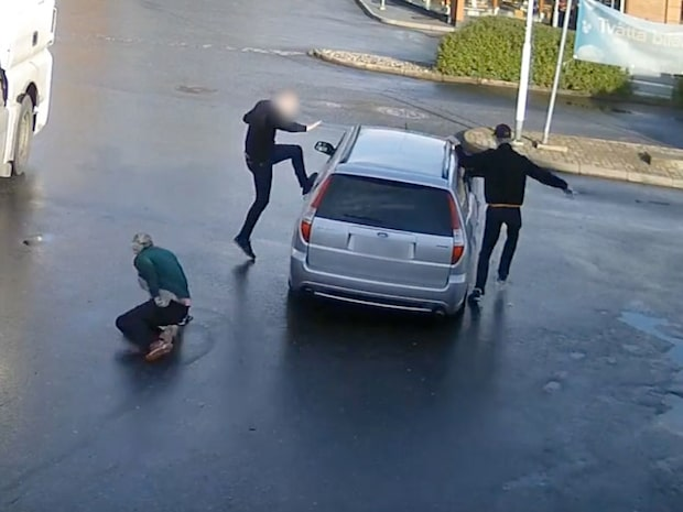 Jeanette släpades efter tjuvens bil på Shell-macken