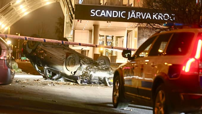 Tre män flydde från bilen efter kraschen. Foto: Janne Åkesson/Swepix