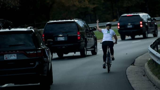 Åsynen av Donald Trump fick Juli Briskman att koka – då höjde hon långfingret till hälsning. Foto: BRENDAN SMIALOWSKI / AFP