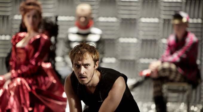Jonas Karlssons Hamlet ställer alla sina medspelare i bakgrunden. Foto: Rasmus Baaner