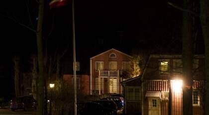 """""""STRUNTADE I BEVAKNINGEN"""". Den dömde 23-årige mannen lämnades enligt uppgift obevakad av de tre poliserna här vid den iranska ambassaden på Lidingö. """"De struntade i bevakningen"""", uppger en källa. Foto: Roger Vikström"""
