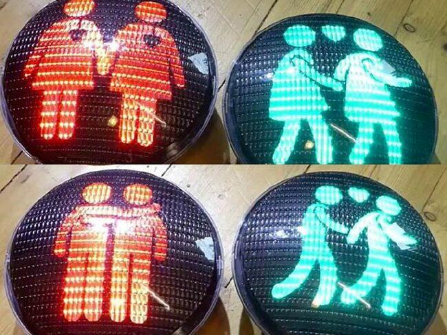 Enligt trafikkontoret i Stockholm stad följer ljusen vägmärkesförordningen.