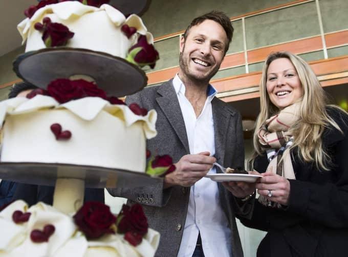 """Fredrik Strömgren, 39, sälj och eventchef, Västra Göteborg: """"Vi prioriterar bröllopet mycket och det är ett tredagarsbröllop, vi har räknat på att kommer det gå på åtminstone 400 000. Gästerna får stå för resa och boende själv, annars hade det inte varit möjligt."""" Malmina Adberg, 28, administratör, Västra Göteborg: """"Vi ska gifta oss i Italien och så har vi bjudit nästan 150 så då skenar ju kostnaderna iväg lite. När det är till bröllop då kostar det direkt mer pengar, en vardagstårta kostar ju mycket mindre. Maten är nog det som kostar mest. Foto: Robin Aron"""