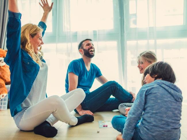 Att samla familjen kring ett kul sällskapsspel är ett härligt sätt att umgås på.