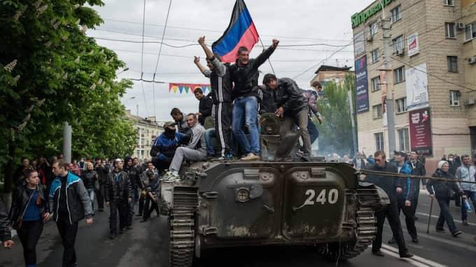 Mariupol, Ukraina. Proryska aktivister firar kapningen av ett ukrainskt pansarfordon. Foto: Alexey Furman / Epa / Tt