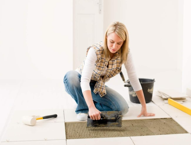 Svenskar gillar att renovera hemma – men nästan var fjärde person skadar sig. Felaktig arbetsställning bidrar till att man skadar sig. Växla arbetsuppgift ofta, jobba med rak rygg och böjda ben – så undviker du skador.
