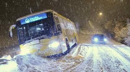 Snön vräkte ner på många håll i landet i går, för den här bussen i Skåne blev det totalstopp i Klågerup i går kväll. Kylan håller i sig de närmaste dagarna. Foto: Patrick Persson / Scanpix