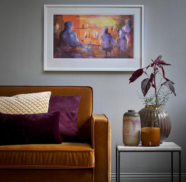 Gunnel Moheim bor i Stockholm och har sin ateljé på Södermalm. Stadslivet syns ofta i hennes tavlor men lika ofta hittar hon inspiration i naturen.