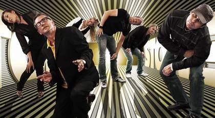 Johan Wahlström är låtskrivare och spelar keyboard i gruppen Stockholm Stoner. De andra medlemmarna är Mats Ronander, Magnus Fritz, Karin Risberg, Torbjörn Stener och Maria Brage. Foto: Pelle Piano