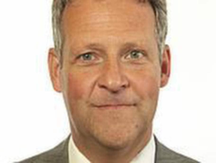 """Jan Ericson (M) som är riksdagsledamot kritiserade Sverker Nordlund efter inlägget. """"Mp-politiker går från klarhet till klarhet. Nakenprotest mot statsministern o nu uppmaning till krig mot Israel"""", skriver han på Twitter."""