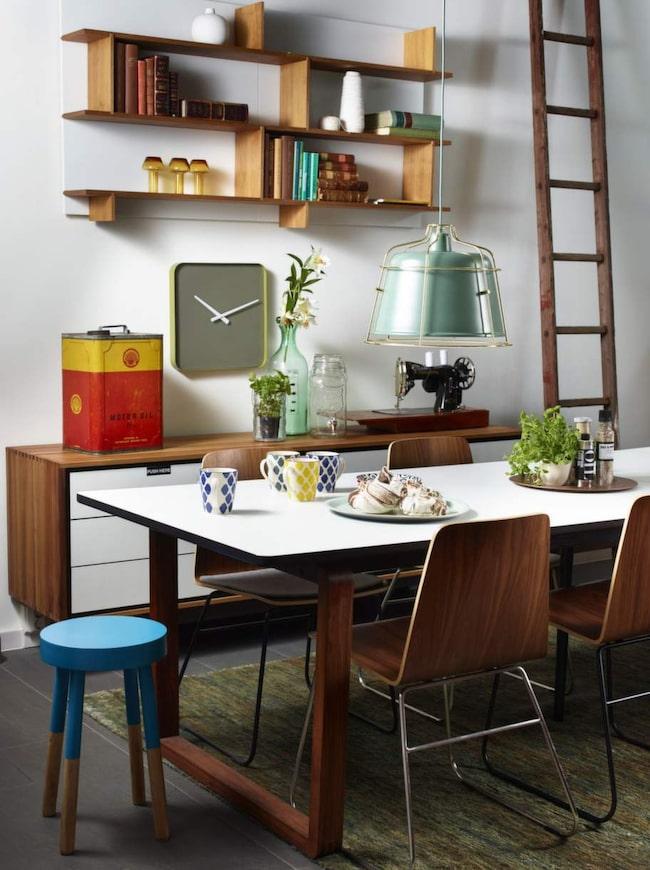 <strong>Inred med naturmaterial</strong>. <br><strong>Skön mix.</strong> Matrummet är inrett med olika träslag, en pall till hälften doppad i färg och ett par personliga loppisfynd. Matbord, 18 999 kronor, stol, 1 199 kronor, matta, 8 999 kronor, lampa, 1 999 kronor, bänk, 20 999 kronor, vägghylla, 2 699 kronor styck, väggklocka, 849 kronor, grön bricka, 279 kronor, allt från Bolia.com. Mugg, 79 kronor, fat, 59 kronor, båda från Indiska. Pall, 299 kronor, Åhléns. Plåtdunk, 2 500 kronor, Evensen antik. Symaskinen och stegen är loppisfynd. Övrigt privat.