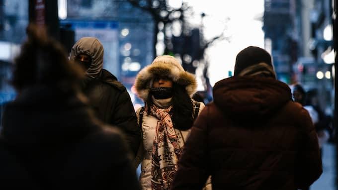 Människor i New York tvingas klä på sig ordentligt för att klara av temperaturerna. Foto: ALBA VIGARAY / EPA / TT / EPA TT NYHETSBYRÅN