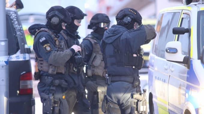 """Polisen gör sig redo att storma. """"Vi förhandlar tills annat sägs eller det händer någonting"""" säger polisen. Foto: Swepix"""