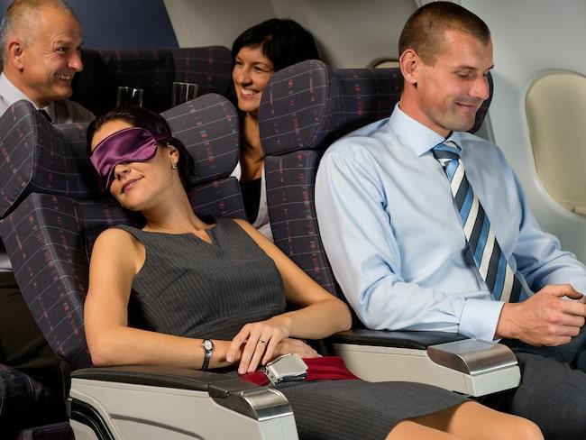 Under kortare resor och matpauser bör passagerare hålla sätet upprätt.