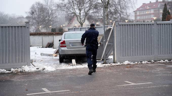 Kvinnan körde rakt igenom ett plank och in på en kyrkogård. Foto: Jens Christian