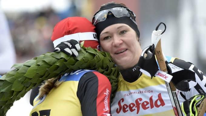 Britta Johansson Norgren kramar om segraren Katerina Smutna Foto: Ulf Palm / Tt