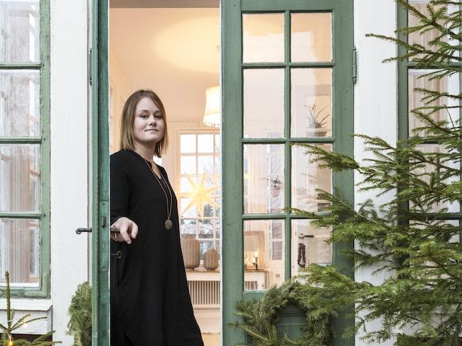 Pardörrarna intill glasverandan är vackert pyntade med granris. Det var kärlek vid första gången Sofia och Christian klev över tröskeln till den röda sekelskiftesvillan.