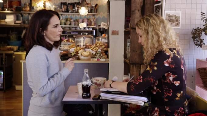 Alexandra Rapaport berättar om sitt skådespelarliv för Expressens Karin Sörbring. Foto: Cornelia Nordström