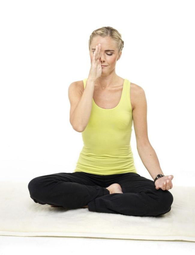 1. Andas genom vänster näsborre<br>En mycket avstressande andningsövning som bland annat kan sänka blodtrycket. Sitt bekvämt med rak rygg, slut ögonen, håll för höger näsborre och andas lugna djupa andetag in och ut genom vänster näsborre. Sitt på detta sätt i minst tio minuter. Är du väldigt stressad - gärna flera gånger per dag.
