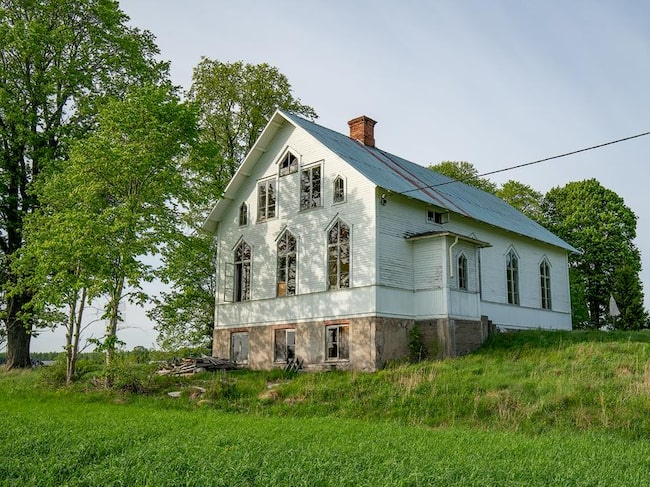 På Stönnansbo, utanför Tierp, ligger det före detta missionshuset som nu är till salu.