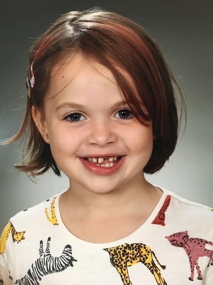Emma Haag, 7, blev bestulen på sin mobiltelefon när hon letade efter Pokémon vid sin trappuppgång. Foto: Privat/Skolfoto