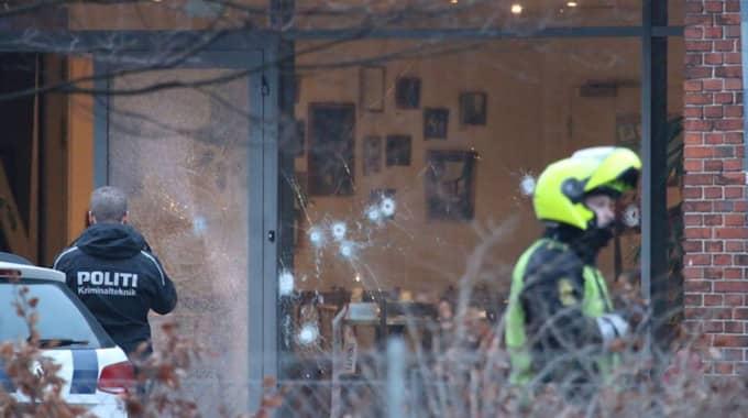 Omar Abdel Hamid El-Hussein öppnar eld mot kulturhusets stora glasentré med ett stulet automatvapen.